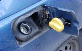 На допомогу автолюбителям: як не згубити кришку бензобака (відмінна порада від народних умільців)