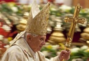 Різдвяна меса у Ватикані увінчалася скандалом: жінка у червоному збила Папу Римського з ніг