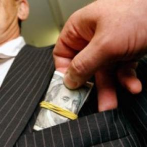 Украинцы продолжают давать и брать взятки
