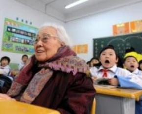 102-летняя бабушка пошла в первый класс