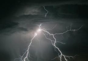 Вчені запропонували несподівану теорію про блискавки в пустелі