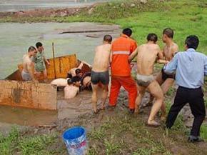 Стеснительного китайца семь часов доставали из реки Янцзы
