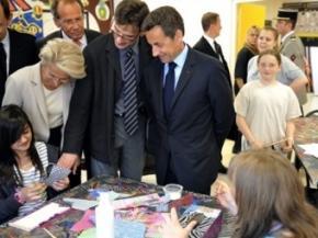 Школяр жбурнув пляшку в Президента Франції