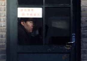 Китаец больше двух лет живет в телефонной будке