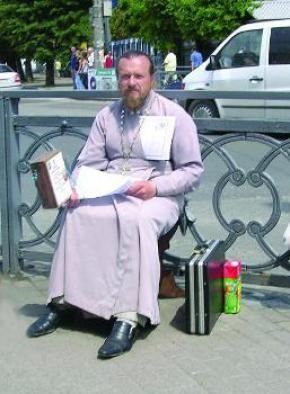 Священник избил пенсионера