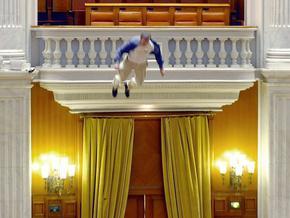 У парламенті Румунії співробітник ТБ викинувся з балкона, протестуючи проти жорсткої економії