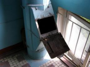 В России голая женщина сама залезла в мусоропровод и застряла
