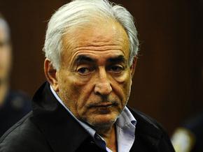 Друзья Стросс-Кана пытались подкупить горничную, обвинившую экс-главу МВФ в изнасиловании