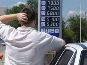 У США бензин дешевшає, а в Україні - дорожчає