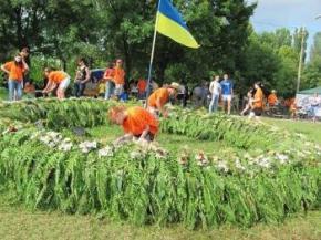 В Виннице сплели самый большой венок в Украине