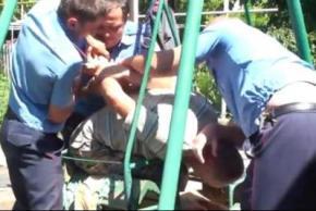 Милиционеры - насильники силой надевали наручники на журналиста со сломанной ногой