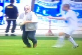 Літній вболівальник відібрав у білоруських футболістів м'яч