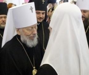 Патриарх Филарет и митрополит Владимир обнялись: