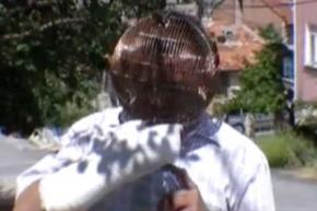 Чоловік вирішив боротися з нікотиновою залежністю за допомогою клітки на голові