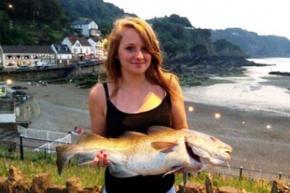 Дельфин подарил юной британке треску