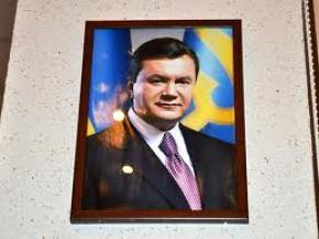 Українських вчителів змушують вішати портрети Януковича в кожному класі