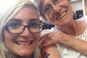 Внучка сделала 86-летней бабушке татуировку