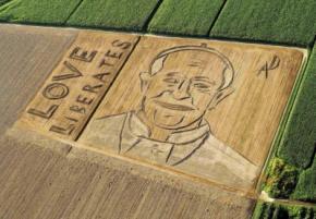 Итальянский художник трактором вспахал портрет Папы Римского