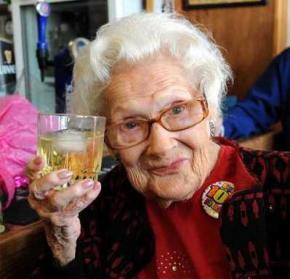 Британка призналась, что дожить до 100 лет ей помогли полмиллиона сигарет и виски