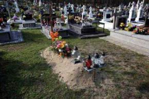 Син до смерті налякав батьків, які покладали квіти на його могилу