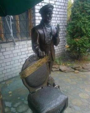 В Кременчуці відкрили Пам'ятник Остапу Бендеру, де герой