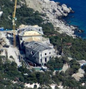 Родина Януковичів будує розкішну віллу на Південному березі Криму