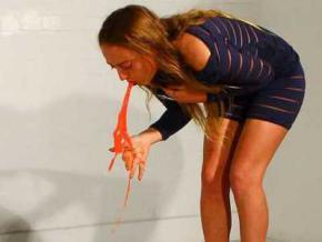 Художниця з Великобританії малює картини своєю власною блювотою. Відео