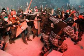 Мітингарі з Євромайдану цілу ніч штурмували кордон охорони до урядового кварталу. Міліція