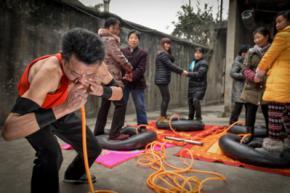 Китаєць носом надув чотири автомобільних камери за 20 хвилин