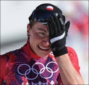 Польcкая лыжница Юстина Ковальчик выиграла олимпийскую гонку со сломанной ногой