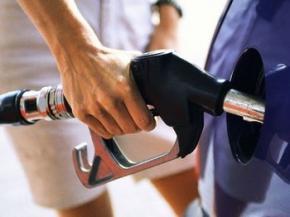 Из-за падения курса гривны в Украине дорожает бензин