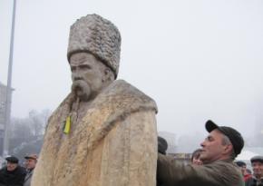 Более четырех тысяч майдановцев работают над скульптурой Шевченка