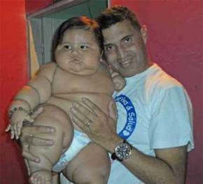 Мать раскормила своего 8-месячного сына до 20 килограммов