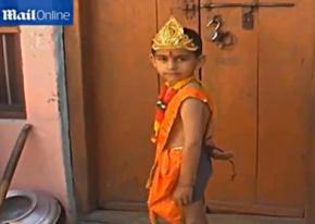 В Индии хвостатого мальчика считают воплощением божества