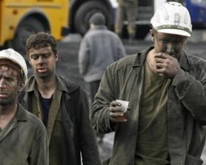 На Луганщине казаки грозят взорвать шахты и заставляют горняков на коленях просить помощи у Путина