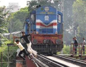 Летняя забава подростков - успей спрыгнуть, пока тебя не переехал поезд
