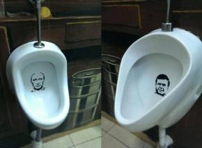 В Киевском пабе писсуары украшают портреты Януковича и Путина