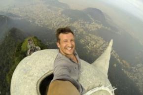 Блогер сделал селфи на вершине статуи Христа-Искупителя в Рио-де-Жанейро