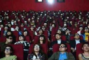 Бізнесмен скупив сотні квитків у кіно, щоб колишня дівчина дізналася про його багатство