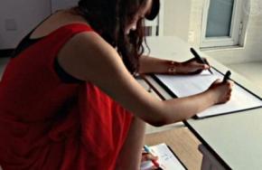 Жителька Китаю одночасно пише руками і ногами