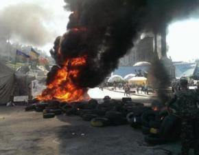 Майдан знову у вогні, комунальники розбирають барикади, активісти палять шини