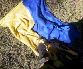 Спецназ РФ фотографируется на фоне искалеченных тел украинских воинов и топчется по украинскому флагу