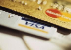 Українцям заборонили вільно користуватися зарплатними картами