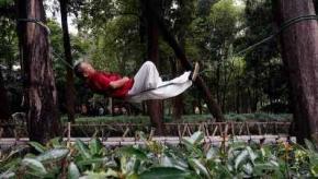 Майстер кунг-фу навчився спати на одній мотузці