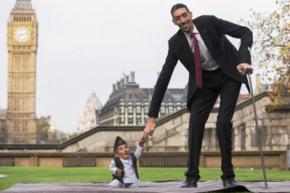 Самый высокий человек в мире встретился с самым маленьким