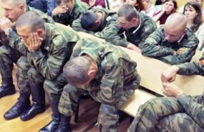 В армию РФ вернулось офицерское насилие, солдаты бегут из частей и прячутся по