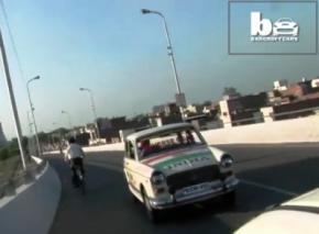 Індієць 11 років проїздив на автомобілі заднім ходом