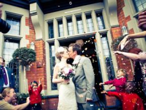 Закохані англійці відсвяткували 66 весіль в різних країнах