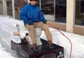 В американском городе улицу от снега почистили моторизированным унитазом