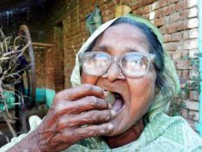 80-летняя бабуля каждый день с удовольствием съедает килограмм песка